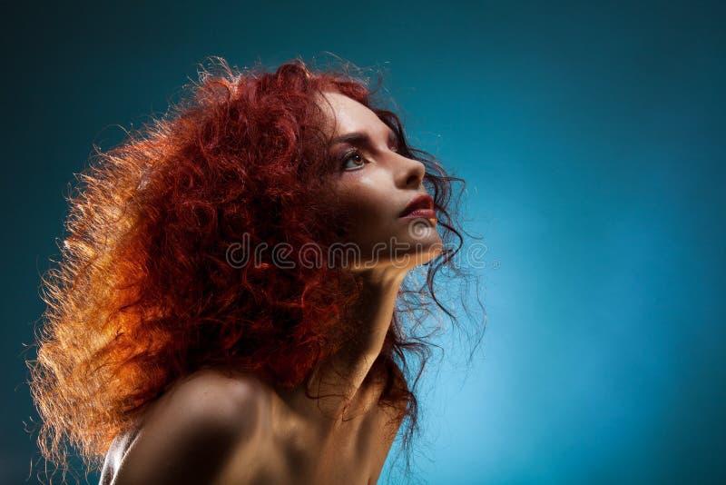 Portret kędzierzawa czerwona włosiana kobieta obraz royalty free