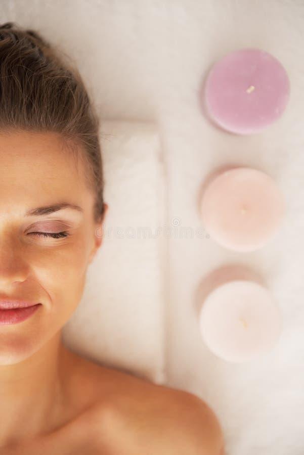 Portret kłaść na masażu stole blisko świeczek młoda kobieta fotografia stock