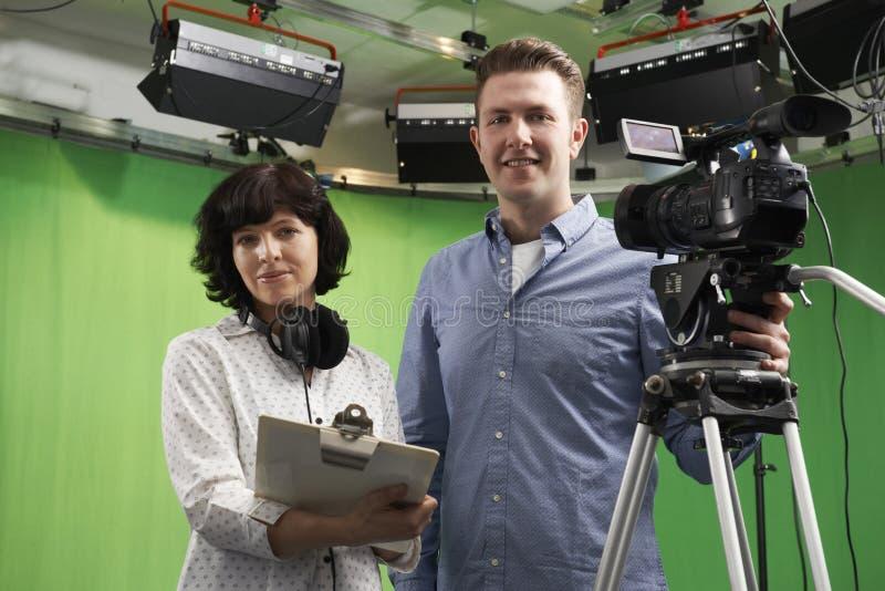 Portret kamerzysta I Podłogowy kierownik W Telewizyjnym studiu obraz stock