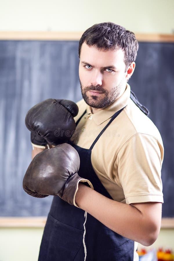 Portret Kaukaski Męski bokser Pozuje w Czarnym fartuchu obrazy stock