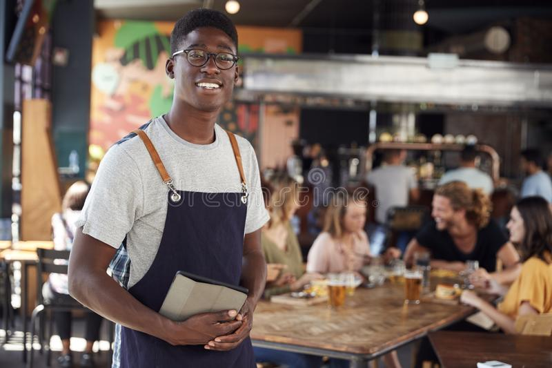 Portret kelner porcja W Ruchliwie Prętowej restauracji zdjęcia stock