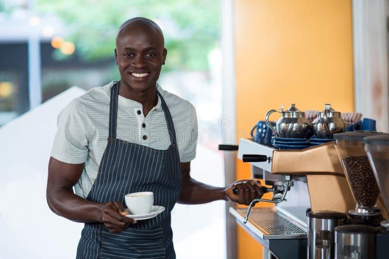 Portret kelner używa kawy espresso maszynę obraz stock