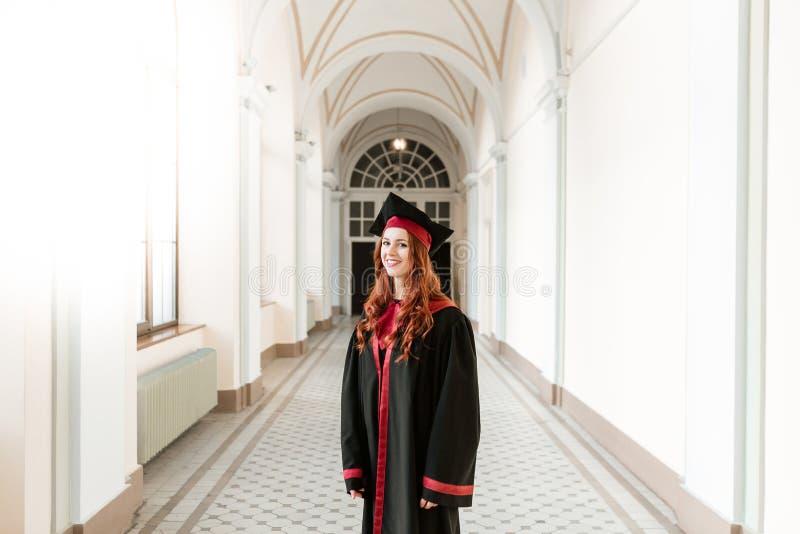 Portret kończyć studia studenckiej dziewczyny uniwersytet zdjęcie royalty free