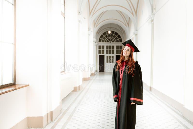 Portret kończyć studia studenckiej dziewczyny uniwersytet obrazy stock