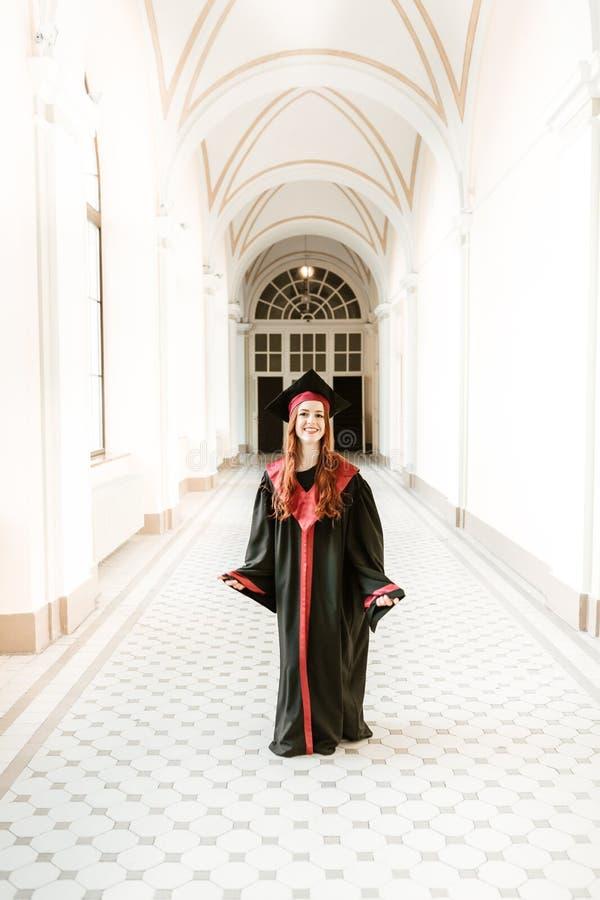 Portret kończyć studia studenckiej dziewczyny uniwersytet obrazy royalty free