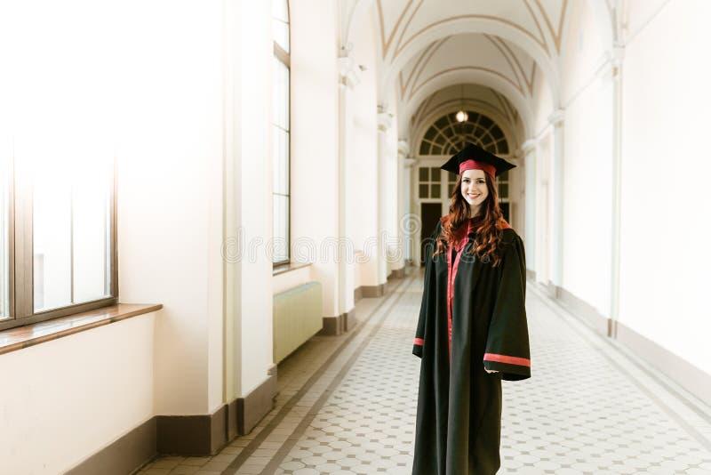 Portret kończyć studia studenckiej dziewczyny uniwersytet zdjęcie stock