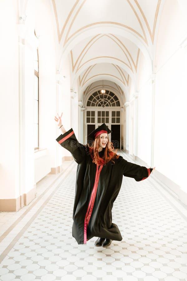 Portret kończyć studia studenckiej dziewczyny uniwersytet obraz royalty free