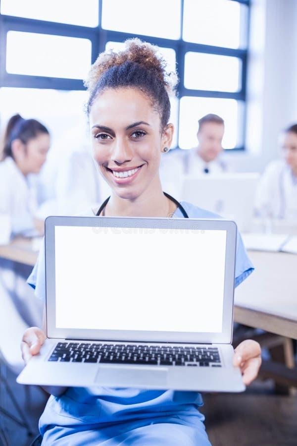 Portret kobieta doktorski pokazuje laptop fotografia stock