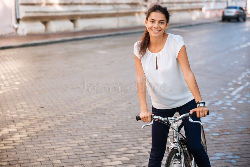 Portret kobieta jeździecki bicykl w miasto ulicie zdjęcie royalty free