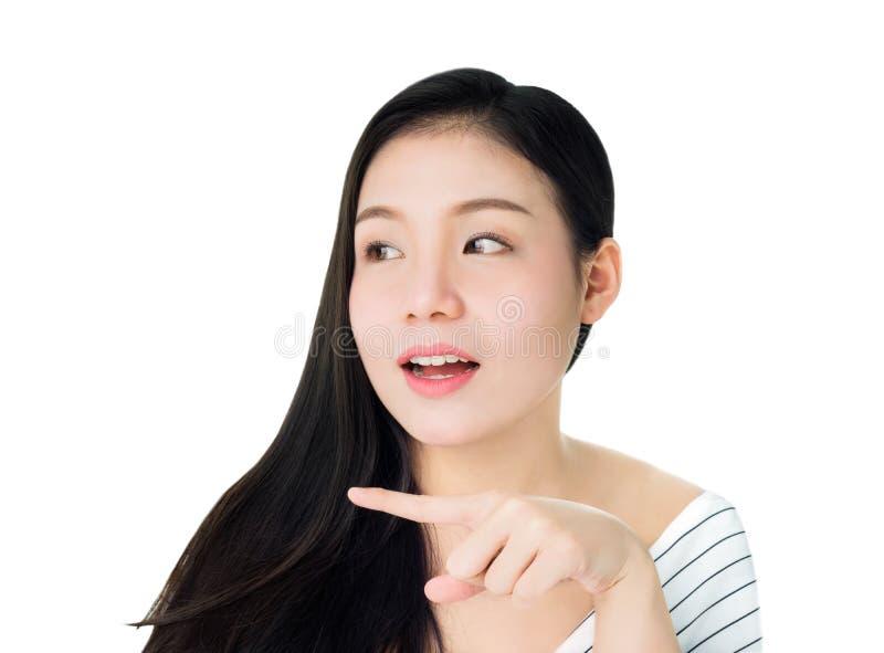 Portret kobieta jest uśmiechniętym skóry pięknem, zdrowiem i udźwigiem jej ręka tak jakby punkt produkt na jej ręce dla zdrojów p fotografia royalty free