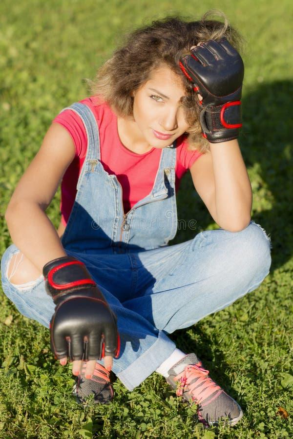 Portret kobieta jest ubranym Bokserskie rękawiczki fotografia stock