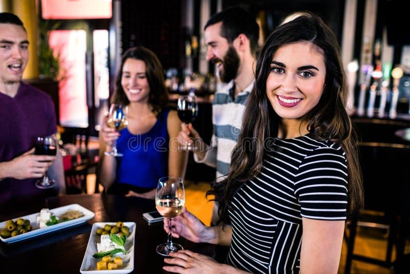 Portret kobieta ma aperitif z przyjaciółmi obraz stock