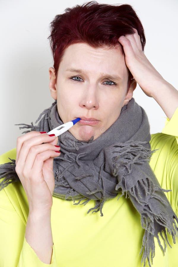 Portret kobieta ma zimno z termometrem zdjęcie royalty free