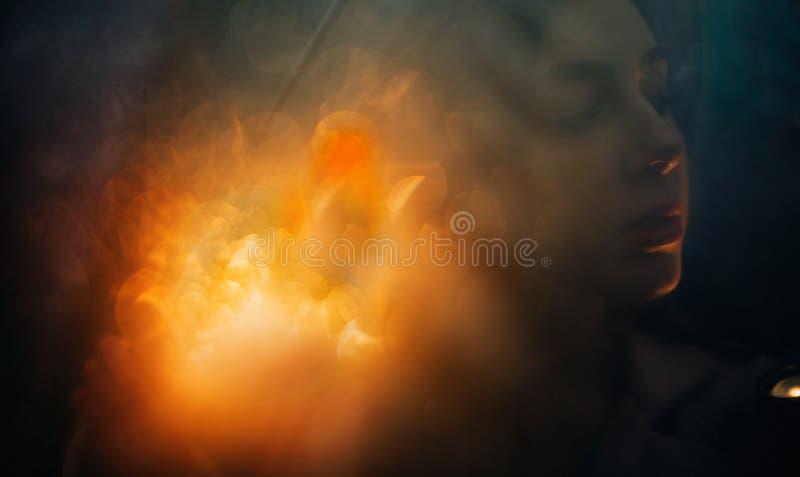Portret kobieta na tle światła z wieloskładnikowym ujawnieniem fotografia royalty free