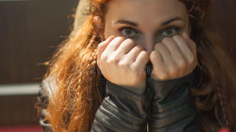 Portret kobieta patrzeje ostrzyć w ciepłej odzieży z szalikiem, gęsty włosy z warkoczami zdjęcie royalty free