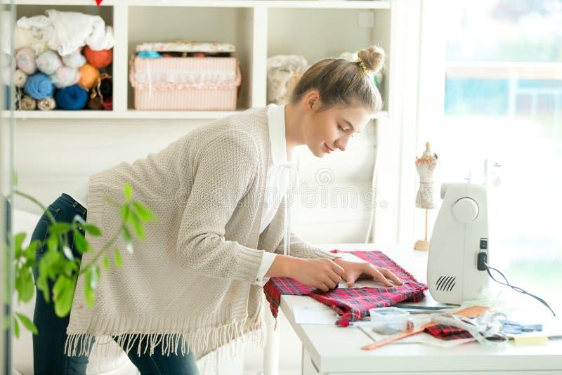 Portret kobieta pracuje z szwalnym wzorem zdjęcia stock