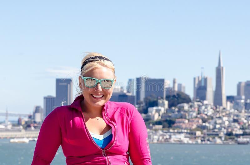 Portret kobieta przed San Francisco linia horyzontu, jak widzieć od wody w zatoce włosy wystrzelony wiatr zdjęcia stock
