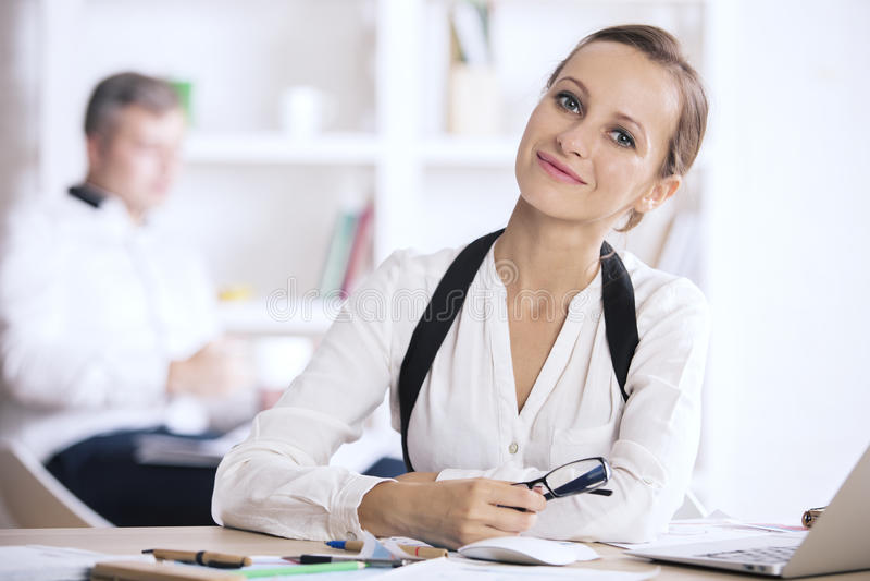 Portret kobieta przy miejscem pracy zdjęcie stock