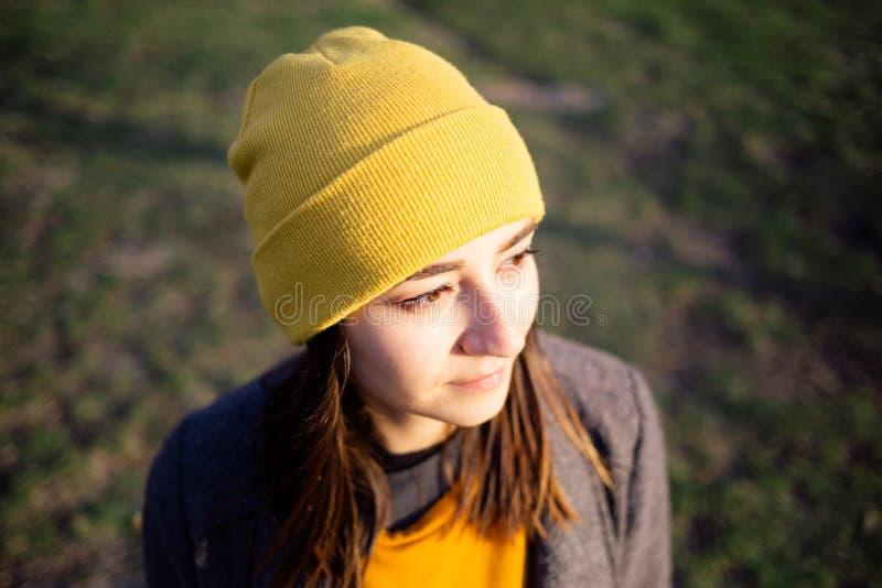 Portret kobieta przy zmierzchem zdjęcia stock