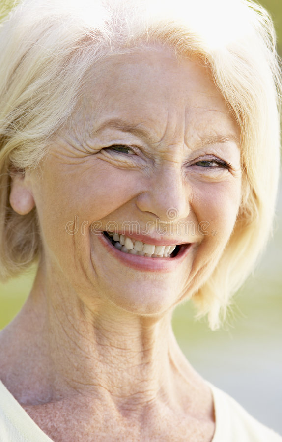 portret kobieta starsza uśmiechnięta zdjęcia royalty free