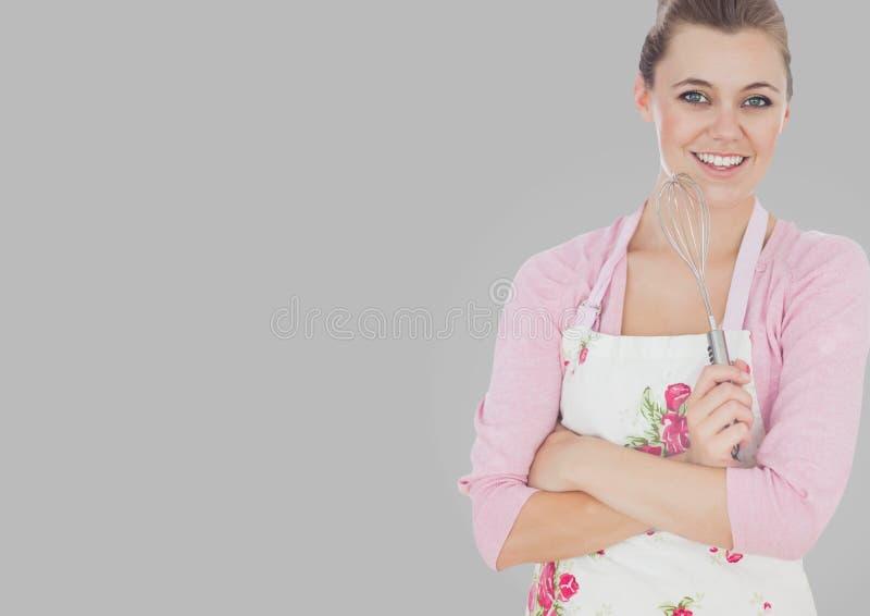 Portret kobieta szef kuchni w fartuchu z popielatym tłem zdjęcie royalty free