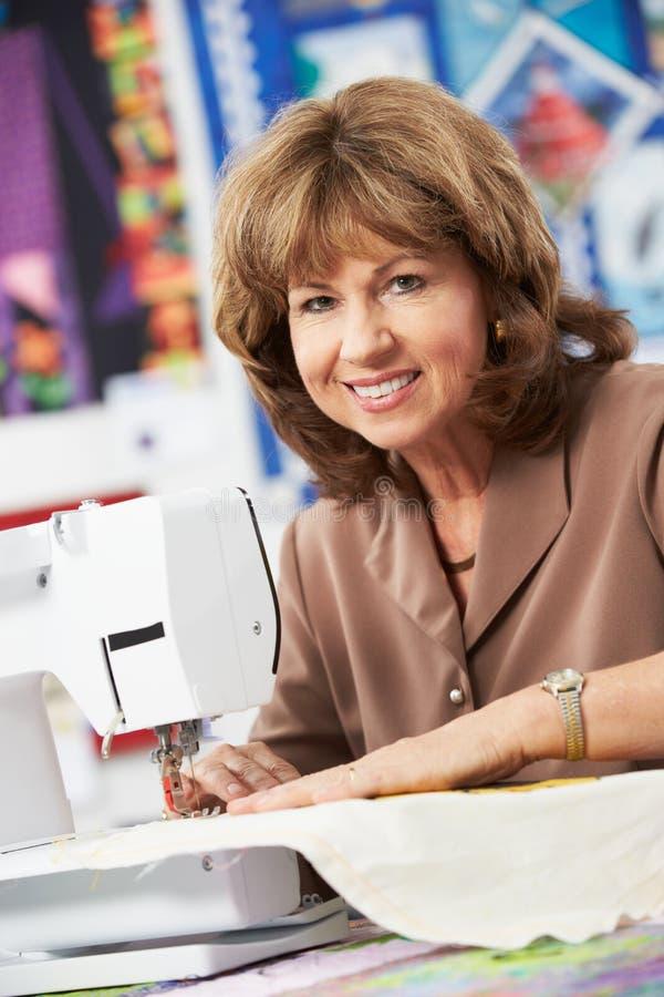 Portret kobieta Używa Elektryczną Szwalną maszynę zdjęcie stock