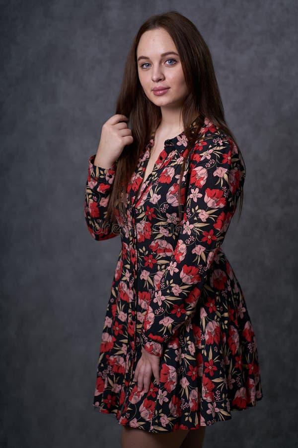 Portret kobieta w barwionej sukni na szarym tle obraz royalty free