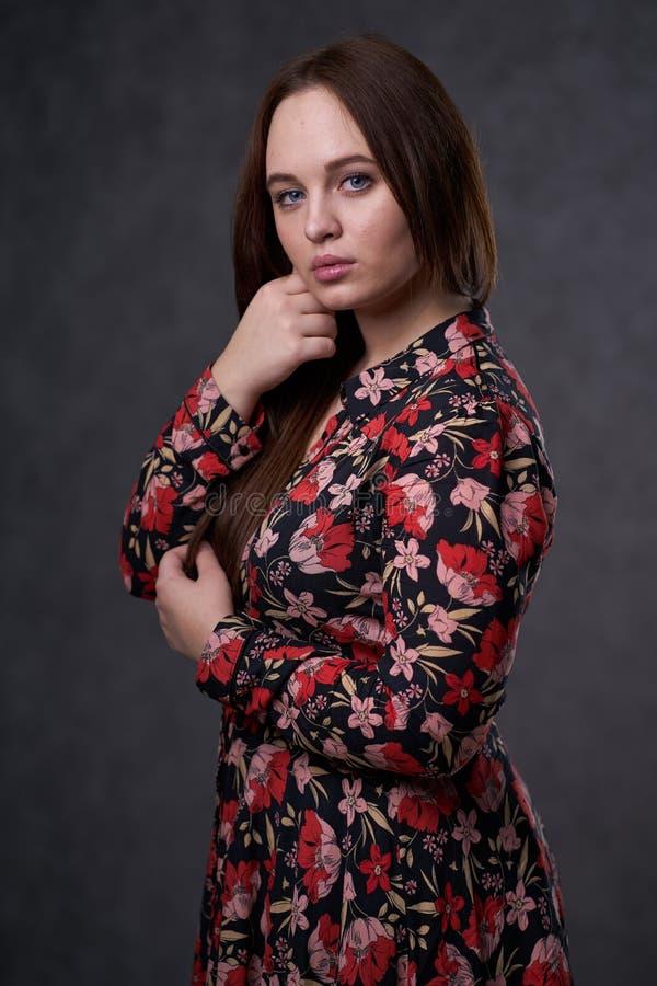 Portret kobieta w barwionej sukni na szarym tle zdjęcia royalty free