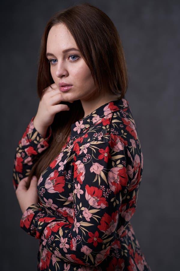 Portret kobieta w barwionej sukni na szarym tle zdjęcie royalty free