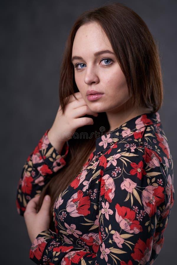 Portret kobieta w barwionej sukni na szarym tle zdjęcie stock