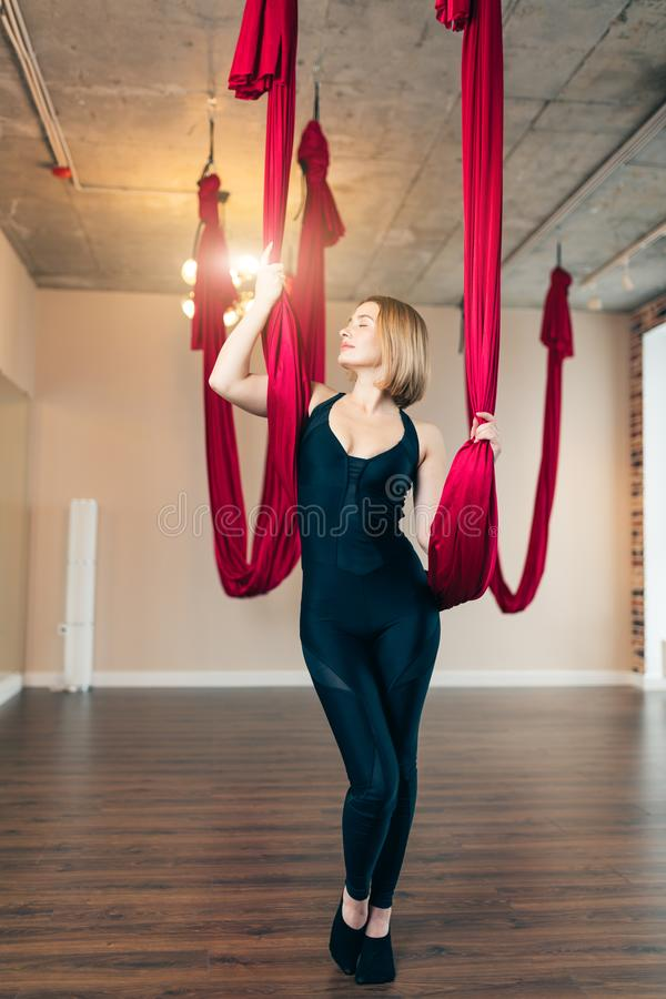 Portret kobieta w czarnym sportive kostiumu podczas spoważnienia joga powietrznej klasy fotografia royalty free