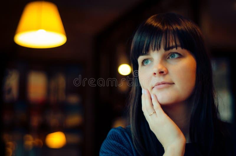Portret kobieta w kawiarni zdjęcie stock