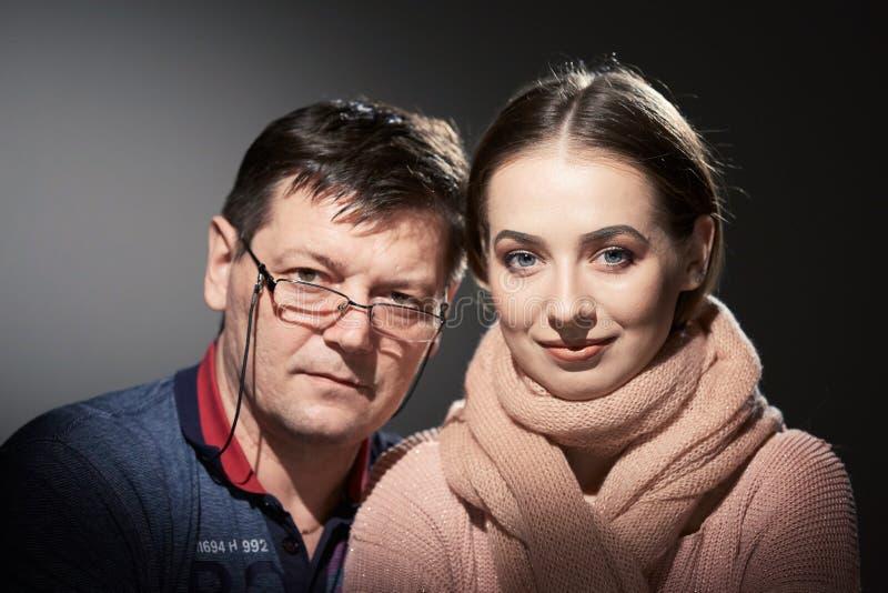Portret kobieta w studiu na ciemnym tle i mężczyzna zdjęcia royalty free