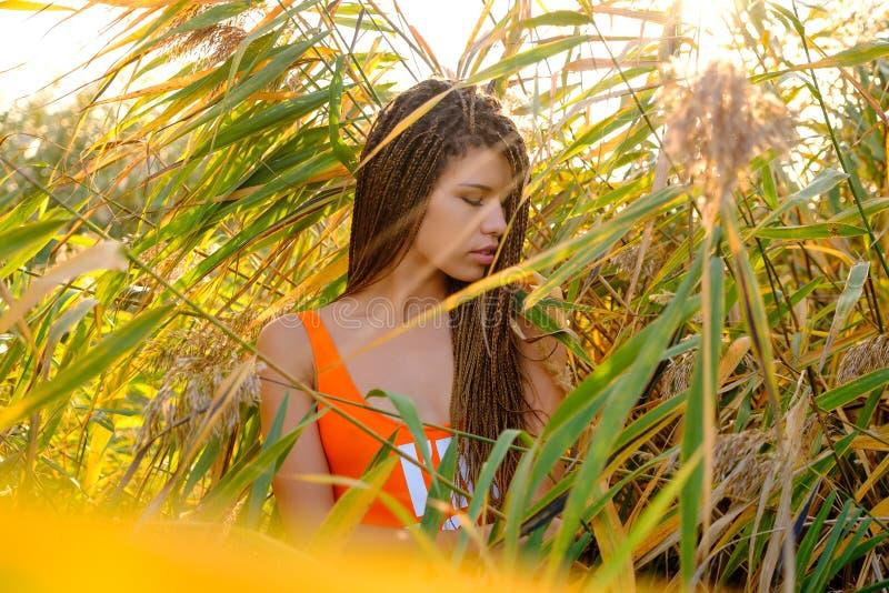 Portret kobieta w swimsuit wśród rośliien fotografia royalty free