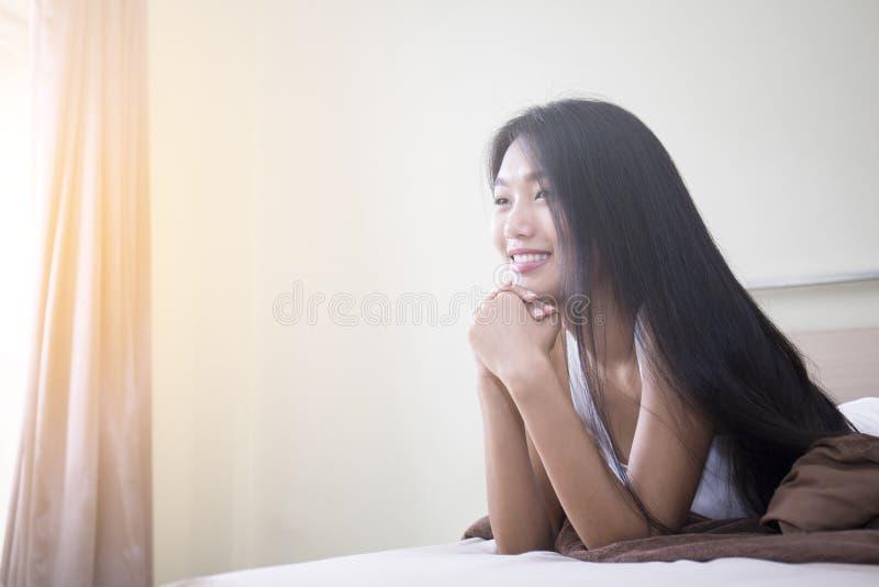 Portret kobieta w sypialni zdjęcia royalty free