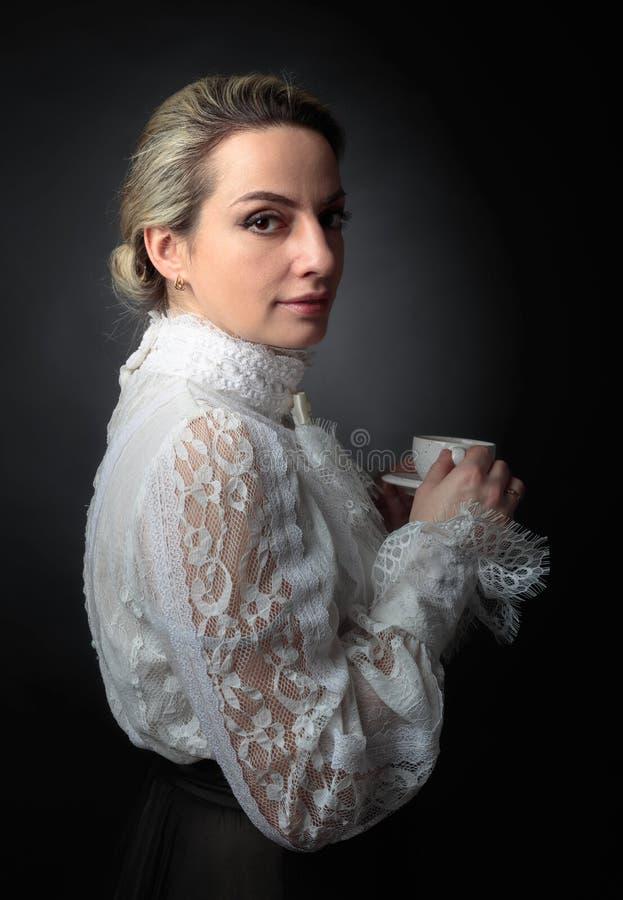 Portret kobieta w wiktoriański odziewa z filiżanka kawy zdjęcie royalty free