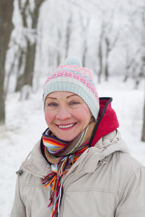 Portret kobieta w zima parku zdjęcie stock