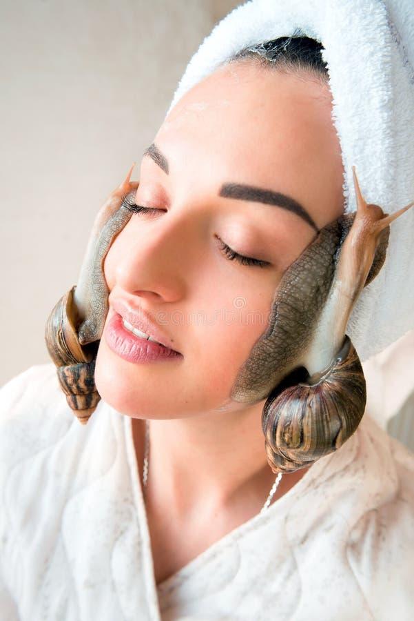 Portret kobieta z ślimaczkami na ona twarz obrazy stock