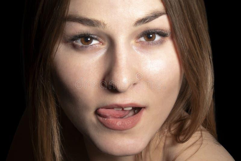Portret kobieta z jęzorem wiszącym za zdjęcia stock