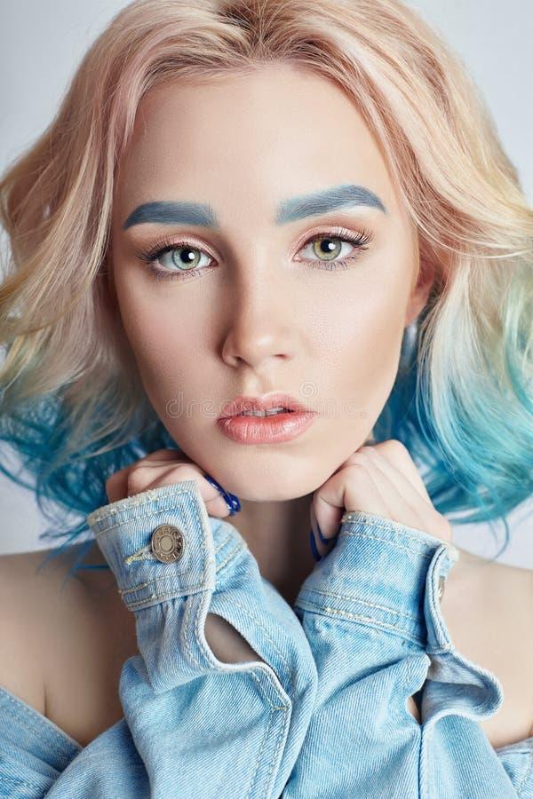 Portret kobieta z jaskrawym barwionym latającym włosy, wszystko cieni purpurowego błękit Włosiana kolorystyka, piękne wargi i mak fotografia stock