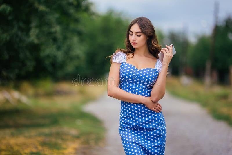 Portret kobieta z mądrze telefonem Cropped wizerunek młody prett obraz royalty free