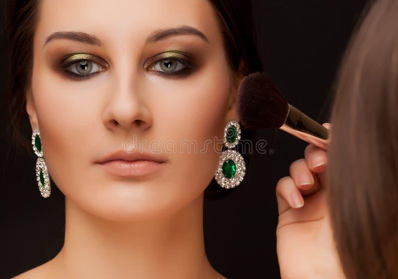 Portret kobieta z makijażem i makijażu artysta zdjęcia royalty free