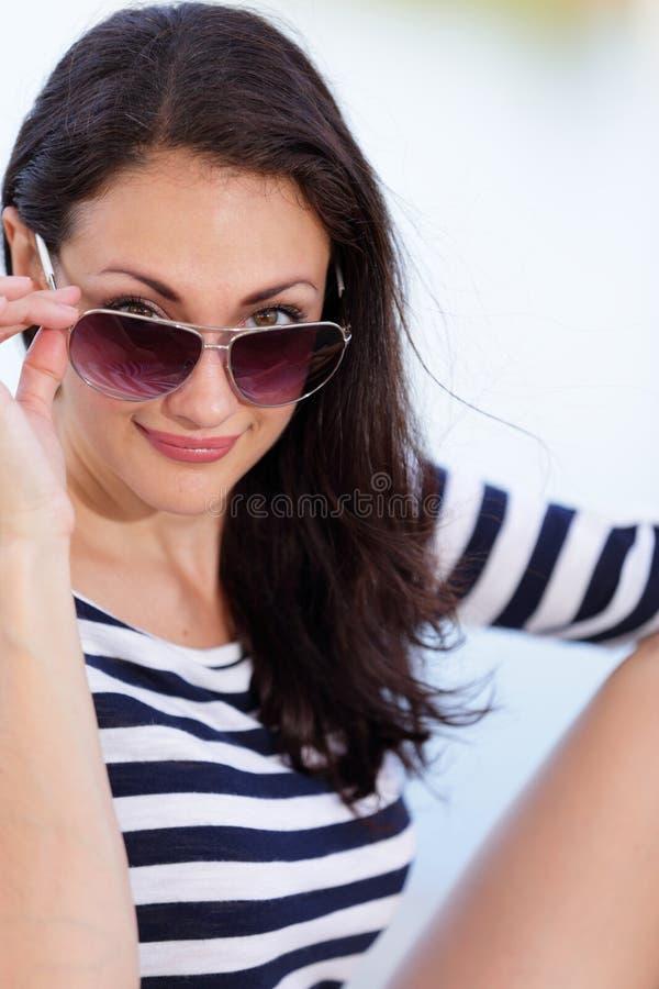 Portret kobieta z okularami przeciwsłonecznymi zaopatruje wizerunek zdjęcie royalty free