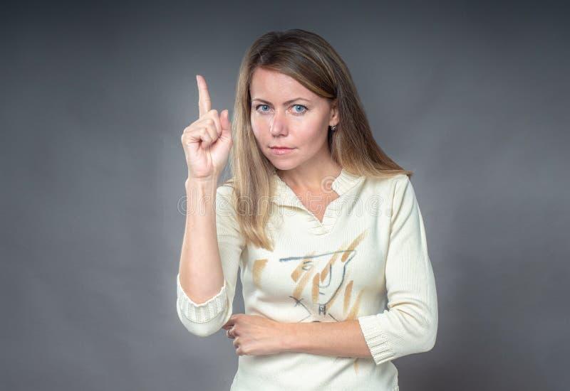 Portret kobieta z uwaga gestem Mienie palec w górę i potępia, nie pochwalać, krytykuje, oczernia, 45 amunicj kaliberu zakończenia fotografia royalty free
