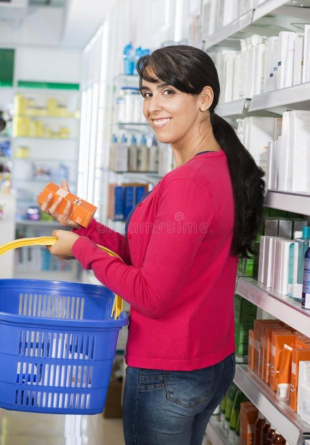 Portret kobieta zakupy kosmetyki W aptece obraz royalty free