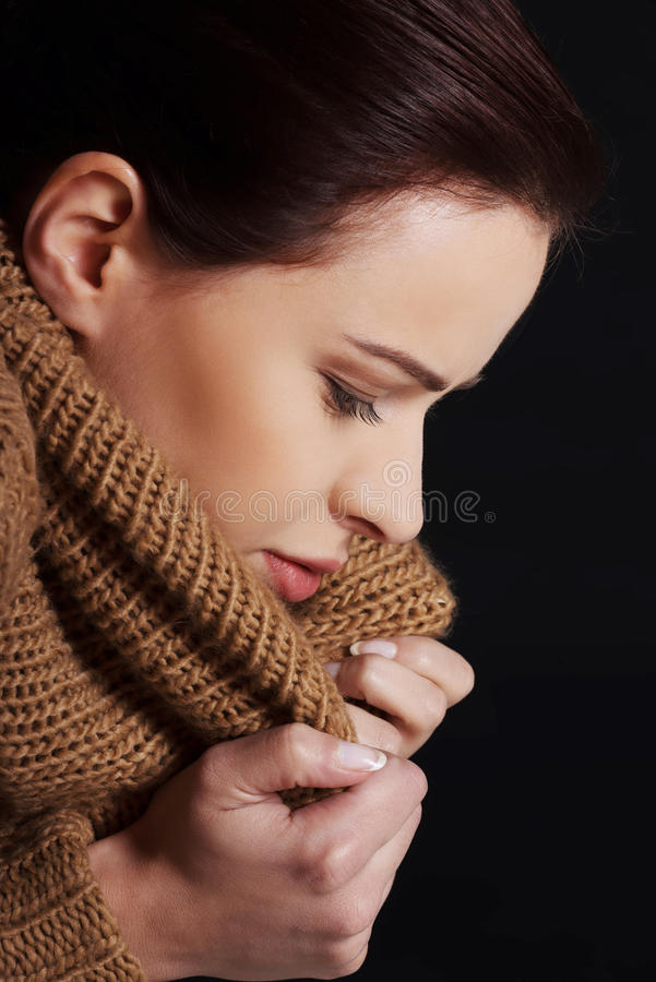 Portret kobieta zawijająca w ciepłym szaliku zdjęcia stock