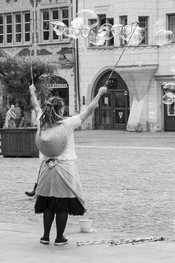 Portret kobiety artiste z mydlanymi bąblami w ulicie na głównym miejscu fotografia royalty free