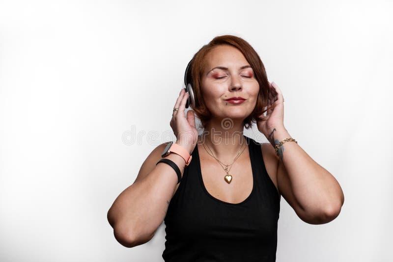 Portret kobiety dosłania pozytywu słuchający muzyczny klimaty obraz stock