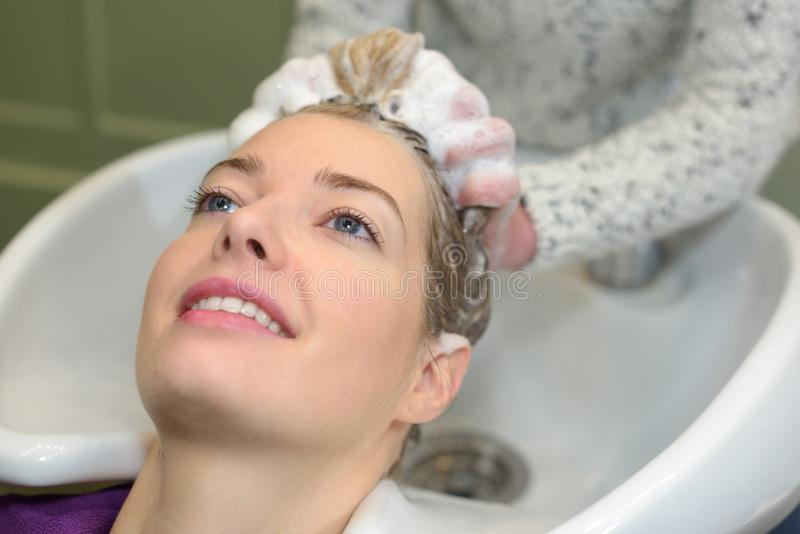 Portret kobiety które myją włosy w piękno salonie obraz royalty free