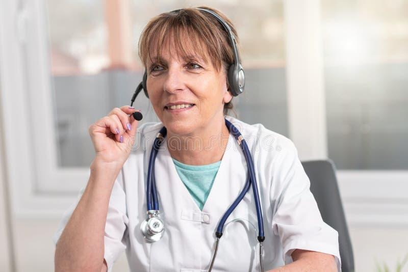 Portret kobiety lekarka podczas online medycznej konsultacji zdjęcie stock